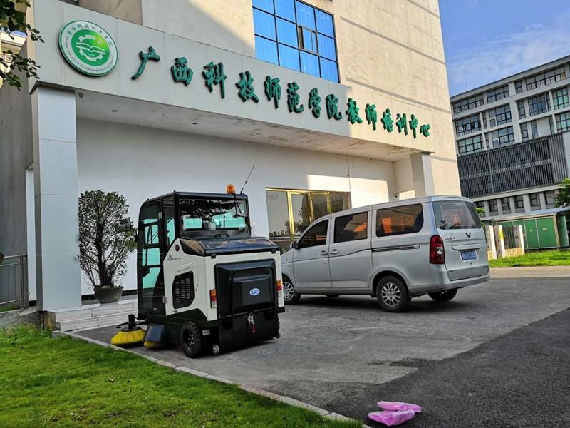 广西科技大学驾驶式扫地车
