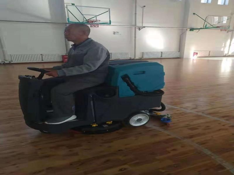 篮球场驾驶式洗地机