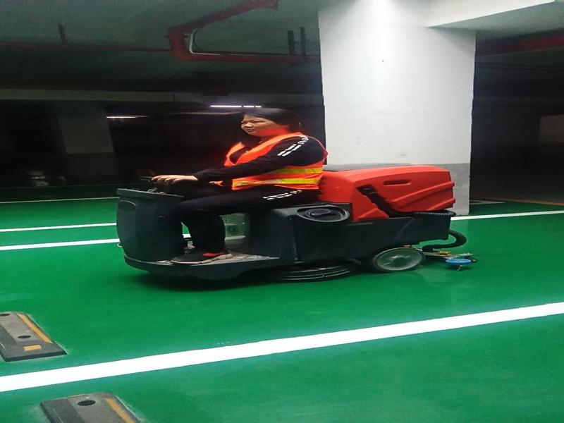 大润发地下车库驾驶式洗地机