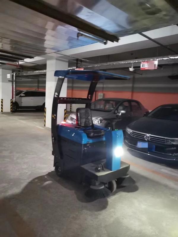 停车场使用柳宝驾驶式扫地车